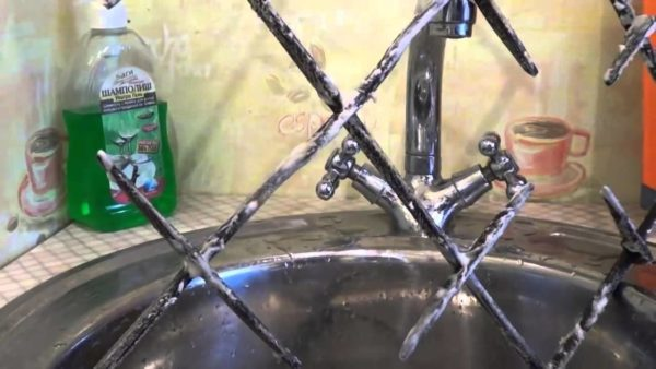 Как и чем отмыть решетку газовой плиты от жира и нагара в домашних условиях: обзор лучших способов