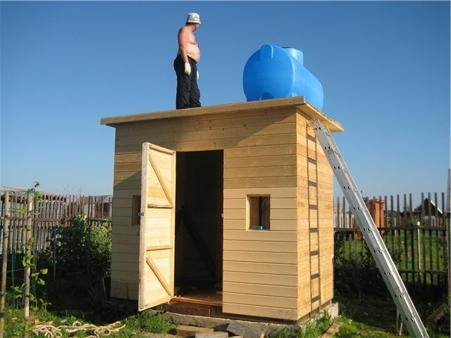 Деревянные летние душевые кабины для дачи: строительство своими руками