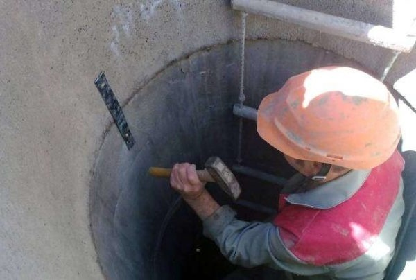 Ремонт колодца своими руками: способы починки деревянного и бетонного колодцев