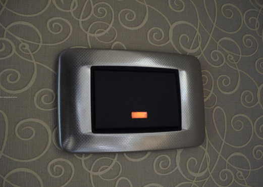 Почему светодиодные лампы горят при выключенном выключателе: причины и решения