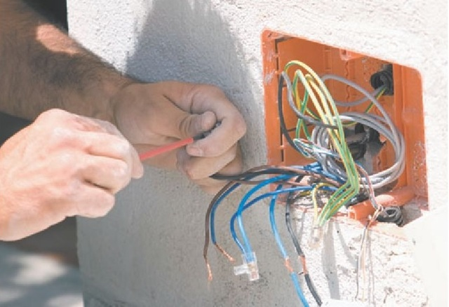 Монтаж распаечной коробки для наружной и скрытой проводки