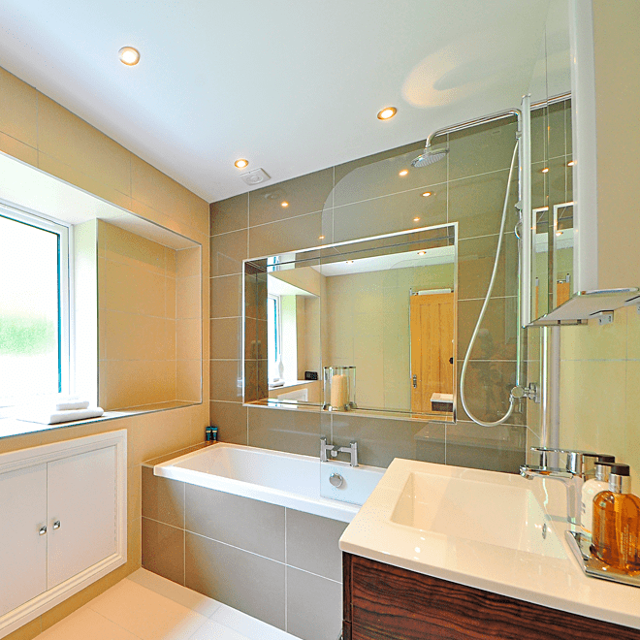 Светильники для ванной комнаты: какой прибор лучше выбрать и почему